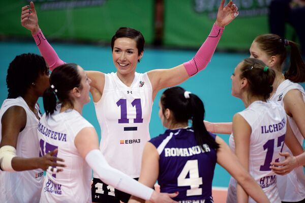 Игроки ВК Уралочка-НТМК радуются выигранному мячу