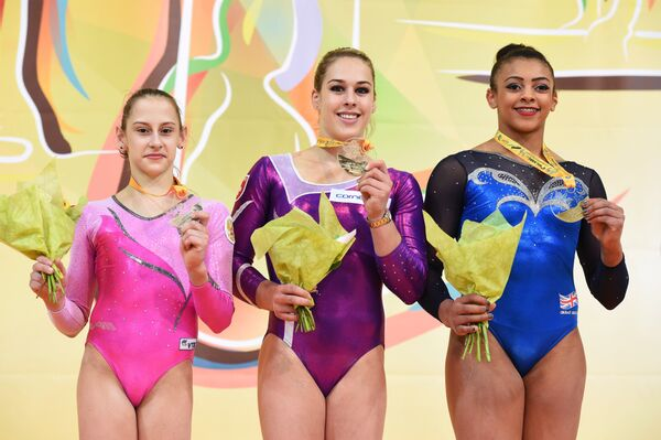Мария Харенкова, Джулия Штайнгрубер и Элисса Дауни (слева направо)
