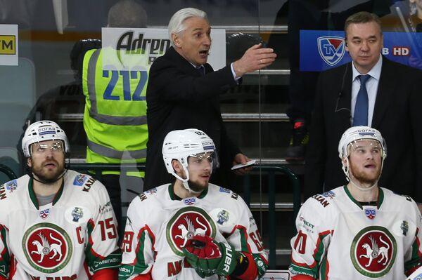 Главный тренер ХК Ак Барс Зинэтула Билялетдинов (на втором плане слева)