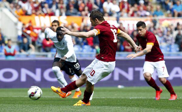 Капитан Ромы Франческо Тотти забивает гол с пенальти в матче с Аталантой