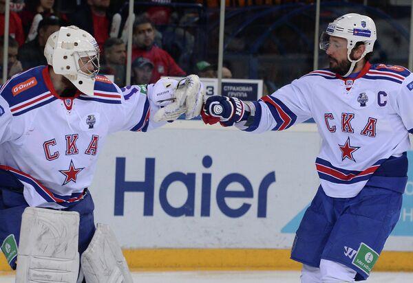 Вратарь СКА Микко Коскинен (слева) и нападающий СКА Илья Ковальчук