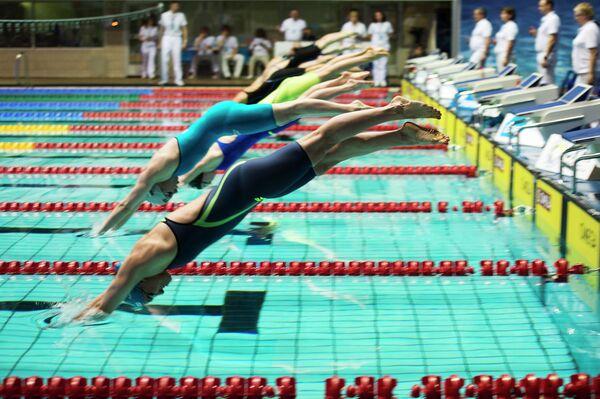 Спортсменки стартуют на дистанции