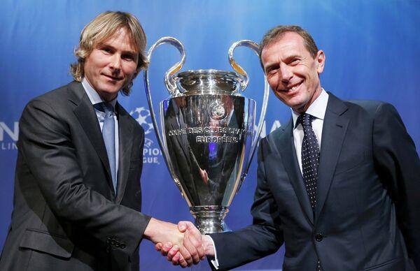 Директор футбольного клуба Реал Эмилио Бутрагеньо и директор Ювентуса Павел Недвед (справа налево)