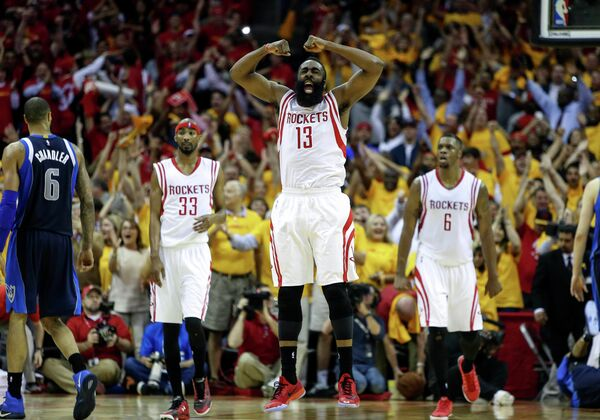 Баскетболисты Хьюстон Рокетс радуются победе