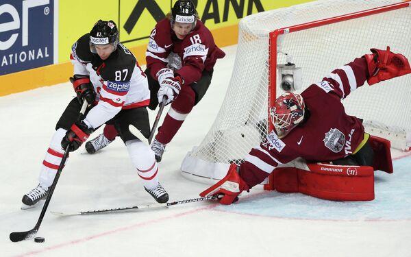 Нападающий сборной Канады Сидни Кросби, форвард сборной Латвии Родриго Аболс, вратарь сборной Латвии Эрвин Муштуков (слева направо)
