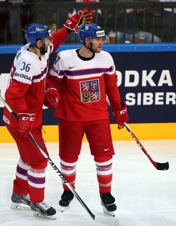 Защитники сборной Чехии Петр Часлава (слева) и Михал Йордан