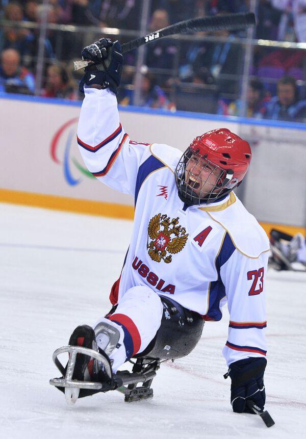 Игрок сборной России по следж-хоккею Илья Волков