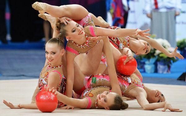 Гимнастки сборной России выполняют групповые упражнения с пятью мячами