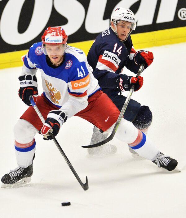 Нападающий сборной России Николай Кулёмин (слева) и нападающий сборной США Стив Мозес