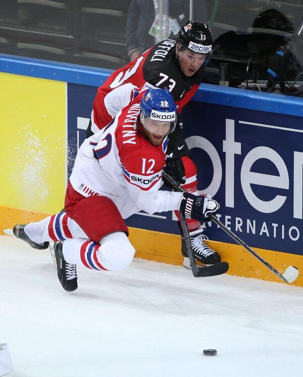 Нападающие сборной Чехии Иржи Новотны (на первом плане) и сборной Канады Тайлер Тоффоли