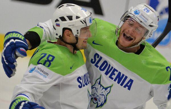 Защитник сборной Словении Алеш Краньц (слева) и нападающий сборной Словении Ян Урбас