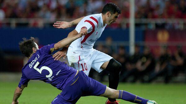 Полузащитник Фиорентины Милан Бадель (слева) и нападающий Севильи Хосе Антонио Рейес