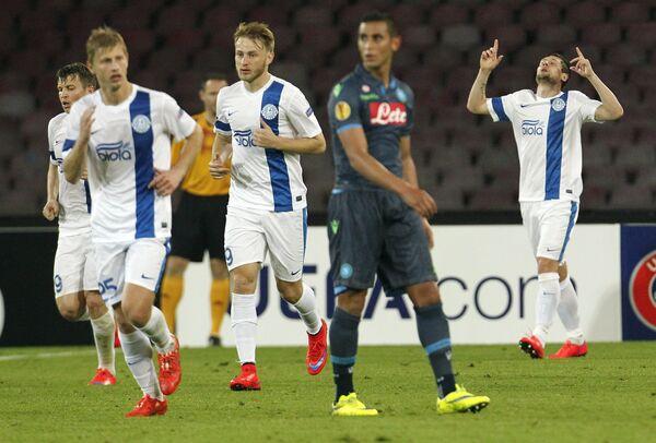 Футболисты Днепра радуются забитому мячу Евгения Селезнева в ворота Наполи