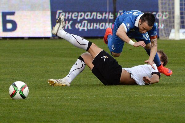 Полузащитник Динамо Матьё Вальбуэна (слева) и полузащитник Торпедо Антон Путило
