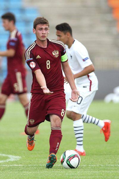 Полузащитник юношеской сборной России Георгий Махатадзе (на первом плане)
