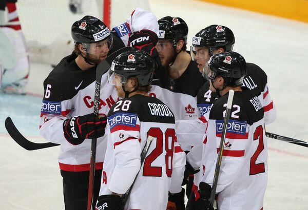 Хоккеисты сборной Канады радуются голу