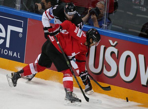 Нападающие сборной Канады Райан О'Райлли (слева) и сборной Швейцарии Кевин Роми