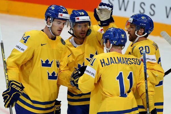 Хоккеисты сборной Швеции радуются голу
