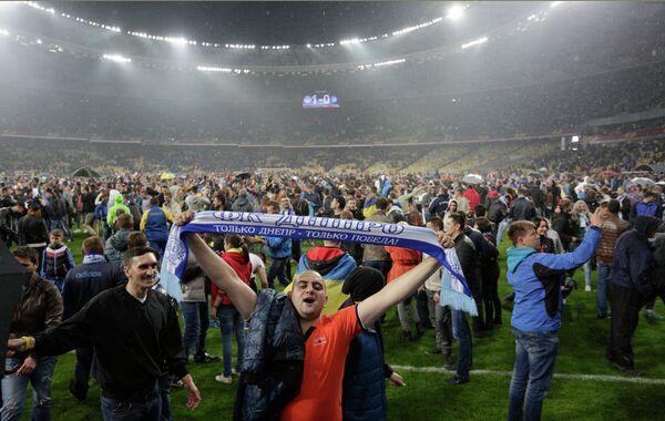 Болельщики на поле НСК Олимпийский в Киеве после матча ЛЕ Днепр - Наполи