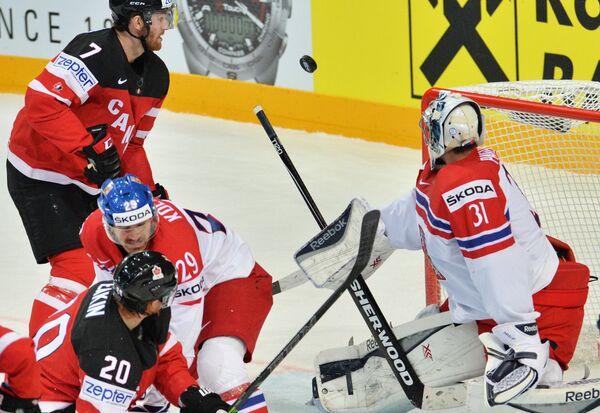 Форвард сборной Канады Шон Кутюрье (слева) и вратарь сборной Чехии Ондржей Павелец (справа)