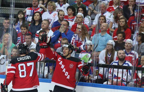 Форварды сборной Канады Сидни Кросби (слева) и Тейлор Холл