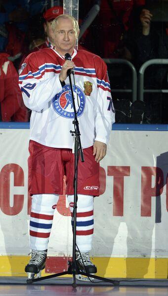 Президент России Владимир Путин выступает перед началом гала-матча турнира Ночной хоккейной лиги в Сочи