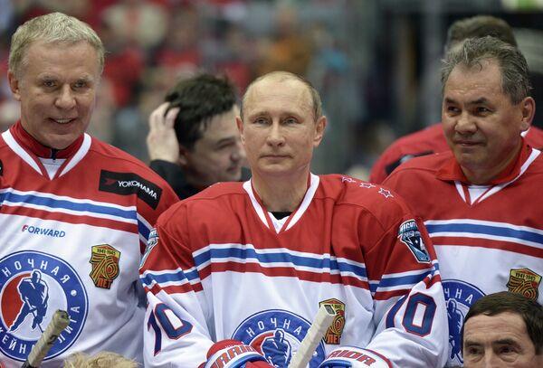 Президент России Владимир Путин (в центре) во время церемонии фотографирования после окончания гала-матча турнира Ночной хоккейной лиги в Сочи