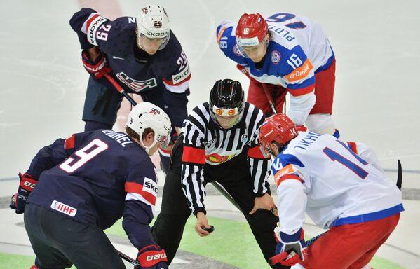 Нападающий сборной США Джек Айкель (слева на первом плане) и форвард сборной России Виктор Тихонов (Справа на первом плане)