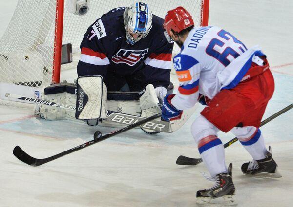 Вратарь сборной США Коннор Хеллебайк (слева) и нападающий сборной России Евгений Дадонов