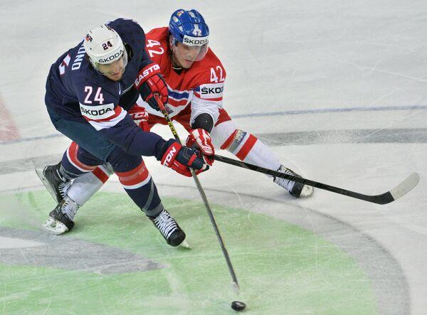 Форвард сборной Чехии Петр Коукал (справа) и защитник сборной США Зак Редмонд