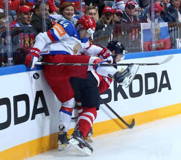 Защитник сборной России Егор Яковлев (слева) и форвард сборной Канады Тайлер Сегин