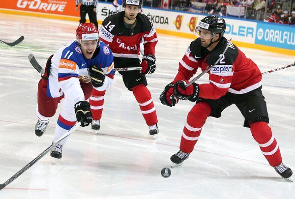 Форвард сборной России Евгений Малкин (слева) и защитник сборной Канады Дэн Хэмьюс