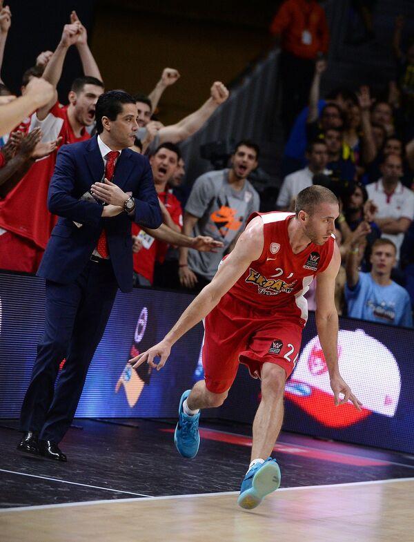 Главный тренер Олимпиакоса Яннис Сферопулос и игрок Олимпиакоса Мэттью Лойески (справа)