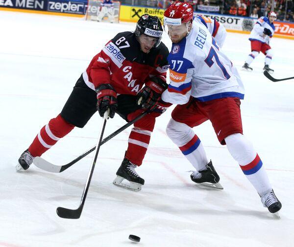 Форвард сборной Канады Сидни Кросби (слева) и защитник сборной России Антон Белов