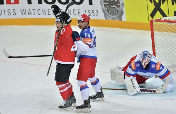 Форвард сборной Канады Коди Икин (слева) радуется забитому голу