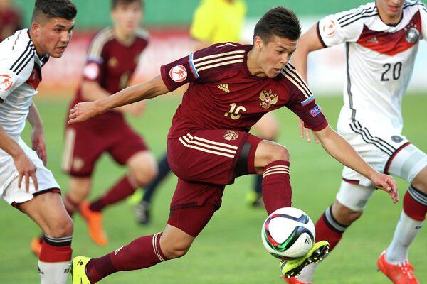 Полузащитник юношеской сборной России по футболу Дмитрий Плетнев