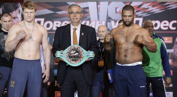 Российский боксер Александр Поветкин (слева) и кубинский боксер Майк Перес (справа) во время официальной процедуры взвешивания