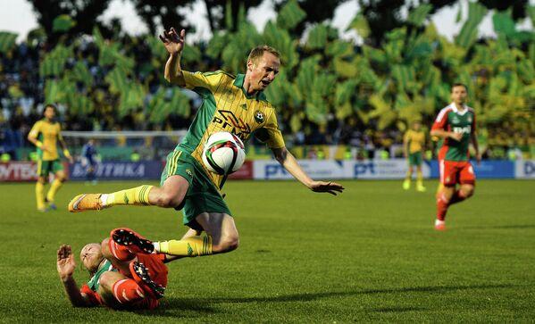 Защитник Локомотива Виталий Денисов (слева) и полузащитник Кубани Владислав Игнатьев