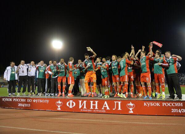 Футболисты Локомотива во время церемонии награждения после победы в финальном матче Кубка России