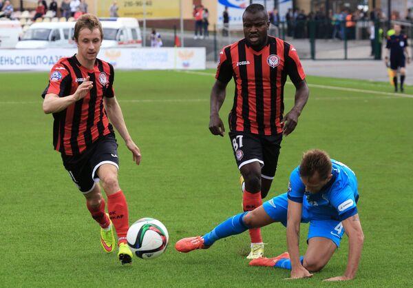 Защитник Амкара Богдан Бутко, полузащитник Амкара Фегор Огуде и защитник Зенита Доменико Кришито (слева направо)