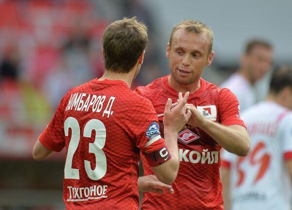 Игроки Спартака Дмитрий Комбаров (слева) и Денис Глушаков радуются забитому голу