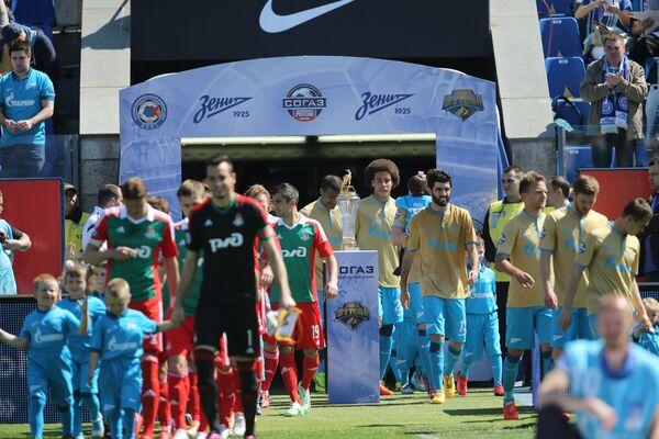 Игроки ФК Зенит и ФК Локомотив перед матчем 30-го тура чемпионата России по футболу