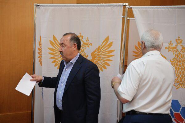 Директор Оргкомитета объединенного чемпионата по футболу Валерий Газзаев (слева)