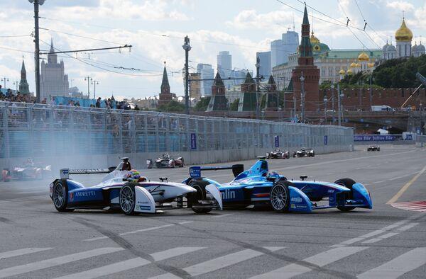 Болиды на трассе во время гонки этапа чемпионата мира в классе Формула Е в Москве