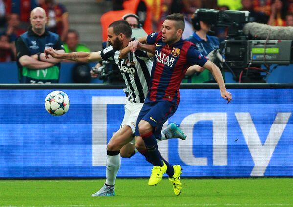 Защитник Барселоны Хорди Альба (справа) и защитник Ювентуса Леонардо Бонуччи