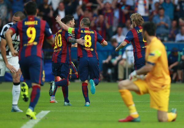 Игроки Барселоны радуются забитому голу