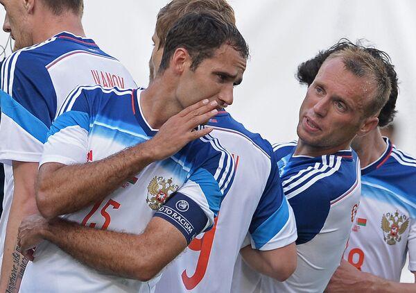 Полузащитники сборной России Роман Широков и Денис Глушаков (в центре слева направо)