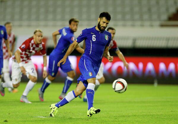 Полузащитник римского Лацио сборной Италии по футболу Клаудио Кандрева (на переднем плане)