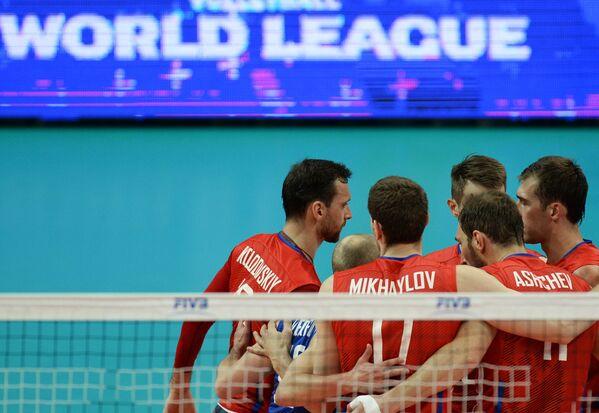 Волейболисты сборной России радуются забитому мячу