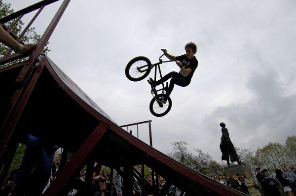 Молодой человек занимается велотриалом в скейт-парке в Сочи